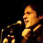 foto di cantante con luce gialla e microfono