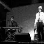 attore con frack e pianista in bianco e nero