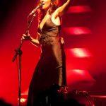 cantante sul palco dal vivo con luci rosse
