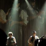 duo sul palco con proiezione