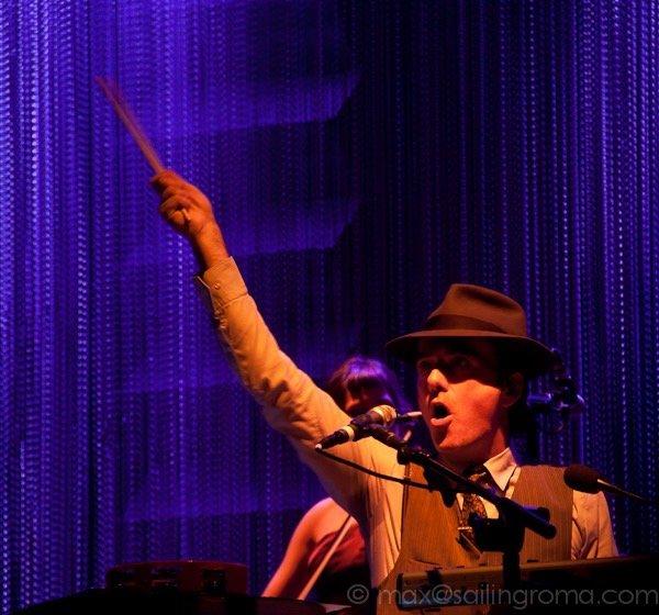 uomo live con cappello e mano in aria