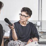 video intervista con microfono e computer asus