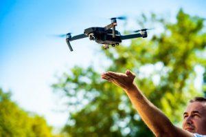 uomo che si esercita con il drone per farlo volare
