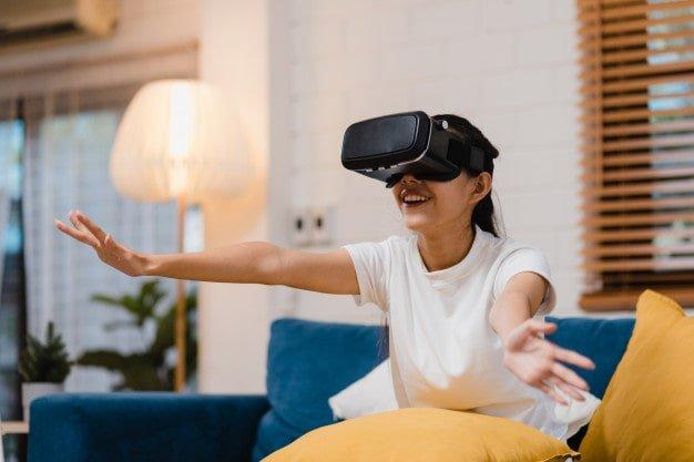 Donna che utilizza un simulatore virtuale